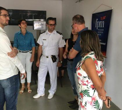 Equipe da FPM conduz professor pelas instalações do HPM
